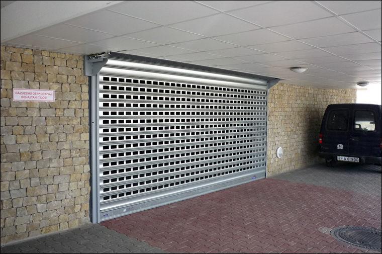 A kiváló szellőzést biztosító ablakos sávredőny teremgarázsokban is alkalmazható